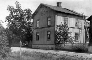 Huset på Viktoriaesplanaden på30-talet (någon sitter vid infarten)